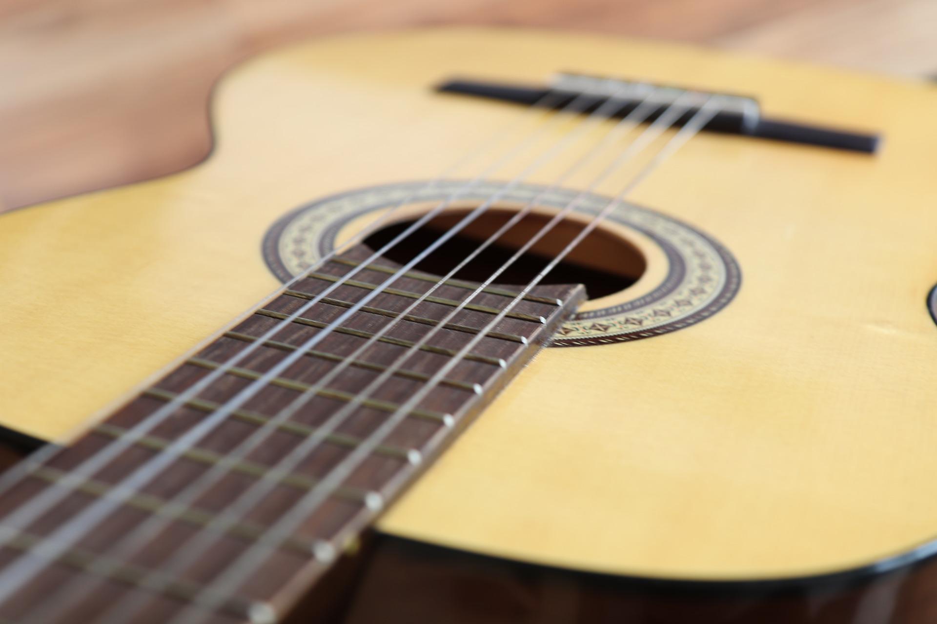 Snaren vervangen gitaar? Waarom snaren vervangen heel makkelijk is!