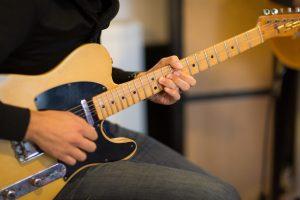 Hoe kan je elektrische gitaar spelen zonder versterker?