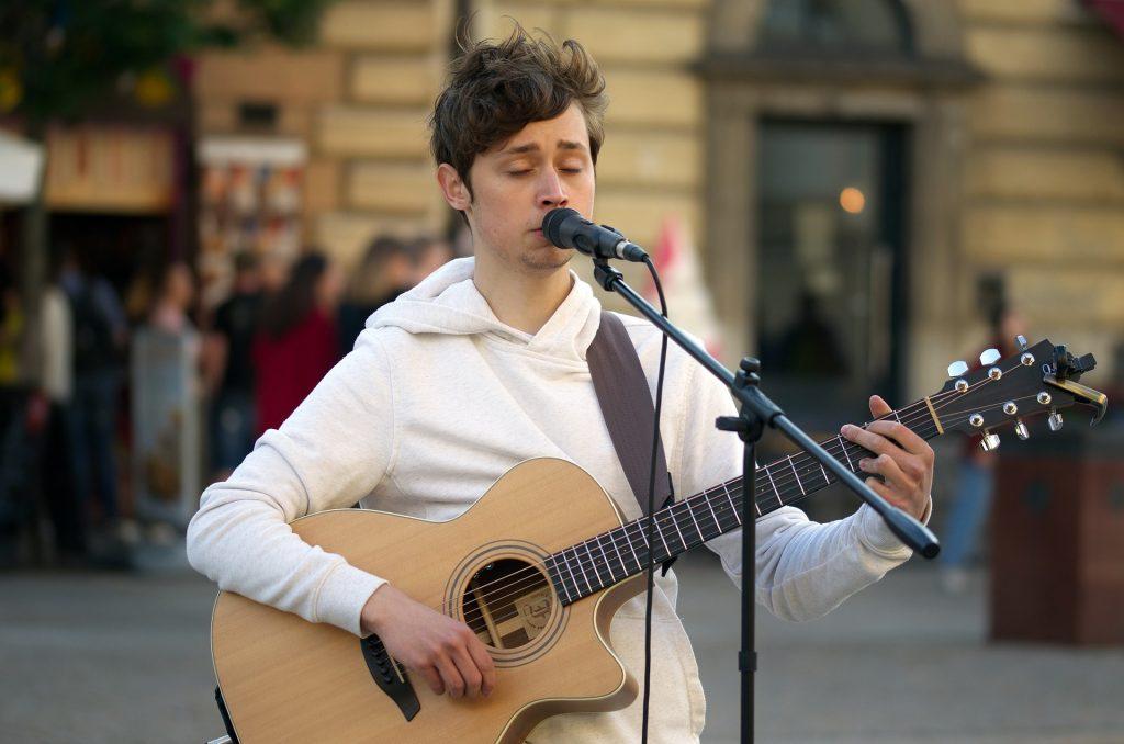 gitaar spelen en zingen tegelijkertijd